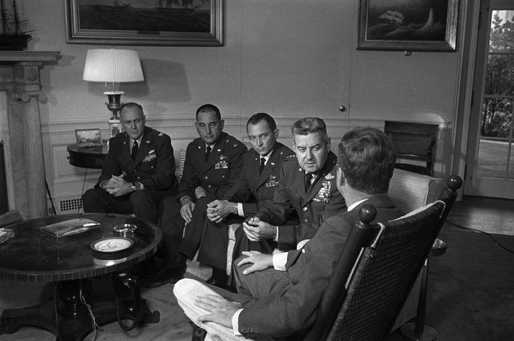 CRISE DOS MÍSSEIS DE CUBA (1962) A crise dos mísseis de Cuba foi o mais próximo que a humanidade já chegou da catástrofe nuclear, com a intenção da União Soviética de instalar mísseis na ilha, a apenas 90 milhas de distância da Flórida. Após duas semanas de intensas negociações, as duas nações entraram em um acordo e a União Soviética desistiu dos mísseis em Cuba.