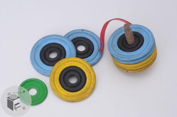 """Il gioco delle piastrelle (anni 70/80): una versione """"piatta"""" delle bocce con 8 piastrelle in gomma/plastica, tenute assieme da un improbabile raccordo che serviva come manico per trasportarle, e il piastrellino piccolo che aveva la funzione del """"boccino"""". Nessuno ne conosceva davvero le regole, vinceva sempre chi alla fine barava meglio.(Giulia Aubry - Il Messaggero)"""