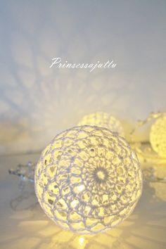 Tässä viime talvena Ihana-lehteen 4/16 tekemäni ohje, olkaa hyvät! Valkoisesta langasta tehtynä valopallot sopivat erityisen hyvin s...