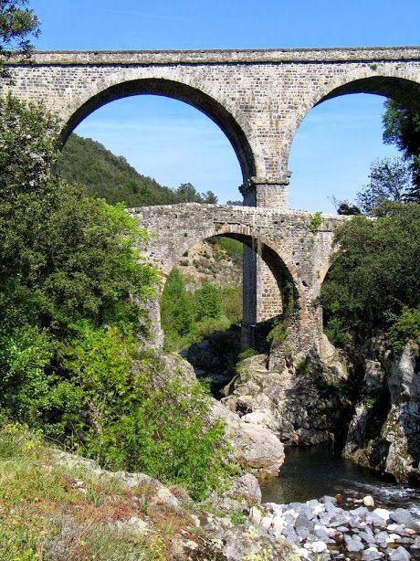 Pont romain près du Pont de Labeaume, Ardèche,, France.