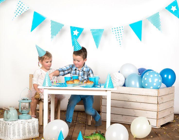 dekoracje na urodziny, niebieskie girlandy, roczek, papierowe kule, partybudziki
