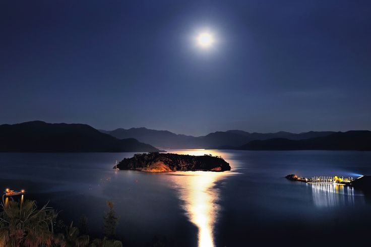 Moonlight on the Bay...  İstanbul