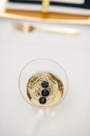 champagne with blueberries... gold and navy, come to meeeee :)