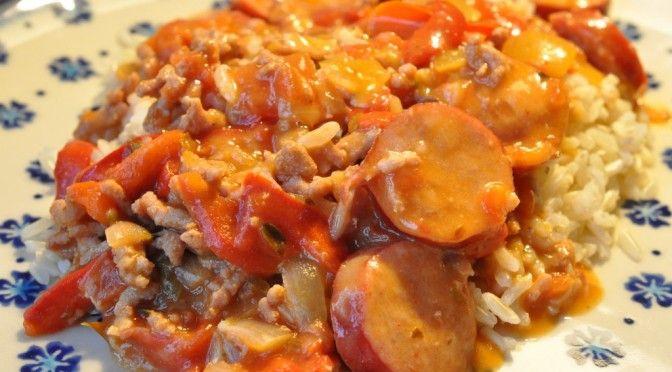 Her en enkel, nem, hurtig og billig ret der har potentiale til at blive dine børns yndlingslivret. Blid og rund smag af fløde, løg og paprika, hertil bacon og svinekød, Uhm!