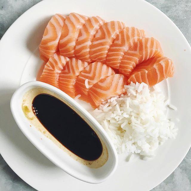 Hade ett så grymt benpass så ville fira det med sashimi, så jädrans gott! Med japansk soja, wasabi och lite ris. 🐟💪🏻 #sushi #deffmat #lowcarb #lax #sojasås #hälsa #foodprep #träna #träningsmat #deff #healthyfood #foodblogger #foodinstagram #sashimi