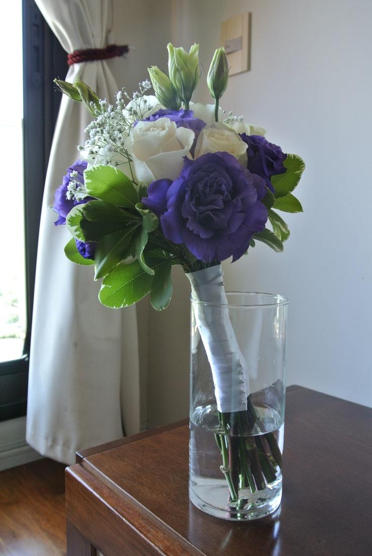 Ramo de novia de Rosas y Lisianthus violeta.