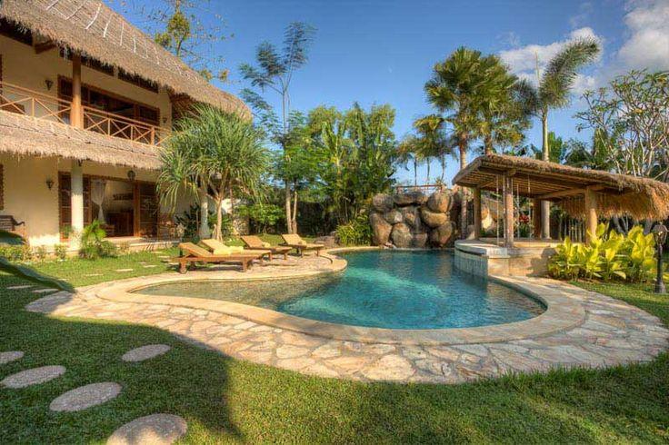 Profitez de la grande #piscine de la  #villa et de son #jardin luxuriant. A gauche, la #maison sur 2 étages pour les 4 chambres spacieuses avec vue sur le jardin.