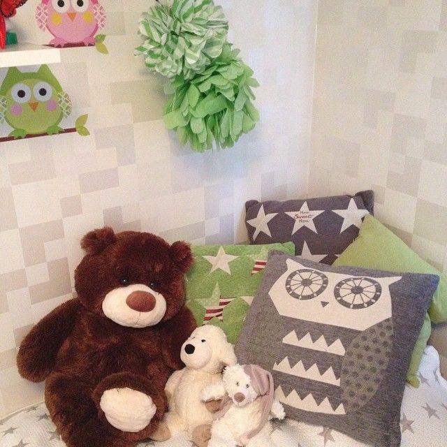 Är sååå nöjd med nya kuddarna från #ÖoB till lillemans rum! Köpte ugglekudden och grön med stjärnor där igår! 44kr/st  #stjärnor #uggla #inredning #barnrum