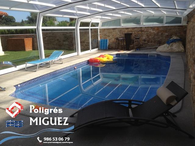 """Piscina de Poliéster Modelo Olympia 8 (8.00 x 4.00 x 1.00/1.98), de la serie compacta con recubrimiento en Gresite """"Poligrés Míguez"""", Cubierta Alta fabricada en aluminio y cristal laminado de seguridad, sistema de climatización interior con sistema de electrólisis salina """"Domotic"""" de Idegis.    Más info del modelo en:  http://www.piscinasmiguez.com/piscinas-poliester/modelos/36/olympia-8.    ¿Qués es Poligrés Míguez?  http://www.piscinasmiguez.com/poligres"""