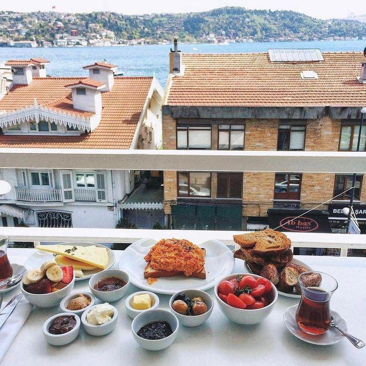 Türk yemek kültürünün önemli bir parçasıdır kahvaltı. Hele günlerden Pazar olursa Bebek yürüyüşü sonrası ev yapımı reçelli kekikli soğuk sıkım erken hasat zeytinyağlı köy yumurtasından yapılmış menemenli taze demlenmiş çaylı ve keyifli sohbetli bir kahvaltı mutluluğun ta kendisidir!!! En son o günkü zevke göre bal-kaymak fındık ezmesi veya Nutella ile bitirilir!!! Turkish style Sunday Breakfast is simply happiness served on a plate!!!  #kahvaltı #çay #breakfast #brunch #sundayfunday #pazar…
