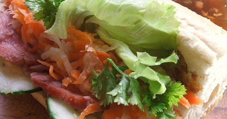 ベトナムの道端で良く見たサンドイッチ。  『なます』と『レバーペースト』がビックリな美味しさです。