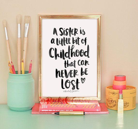 Eine Schwester ist ein Little Bit der Kindheit, dass kann nie verloren gehen - Typographic Druck - Hand-Lettering - inspirierende Kunst - Schwester-Geschenk