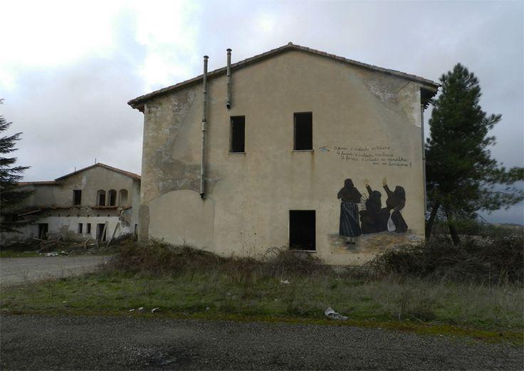 Sardegna-Pratobello-Il borgo militare dove lo Stato italiano si arrese alla rivolta degli orgolesi Un piccolo borgo con chiesa, scuola e abitazioni, per ospitare le famiglie dei militari che lavoravano nel poligono te…