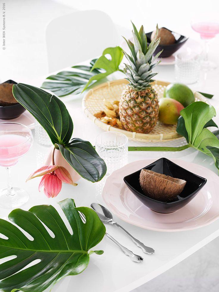 Med ett tropiskt dekorerat bord är det alltid värme i luften var sig man sitter ute eller inne. Vi bejakar den ljusa årstiden med vitt som bas och dukar med rosa och svart som tydliga kontraster. ARV rosa tallrik, MYNDIG skål i svart, FRASERA whiskyglas, SKUREN bestick och FESTLIGHET margaritaglas.