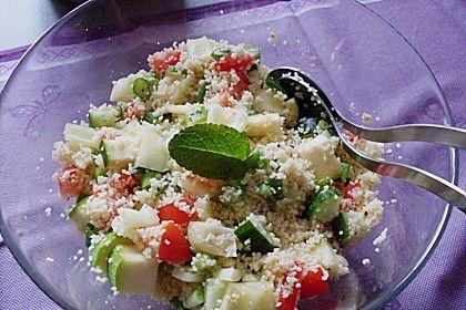 Taboulé Arabischer Salat mit Couscous oder Bulgur und Gemüse