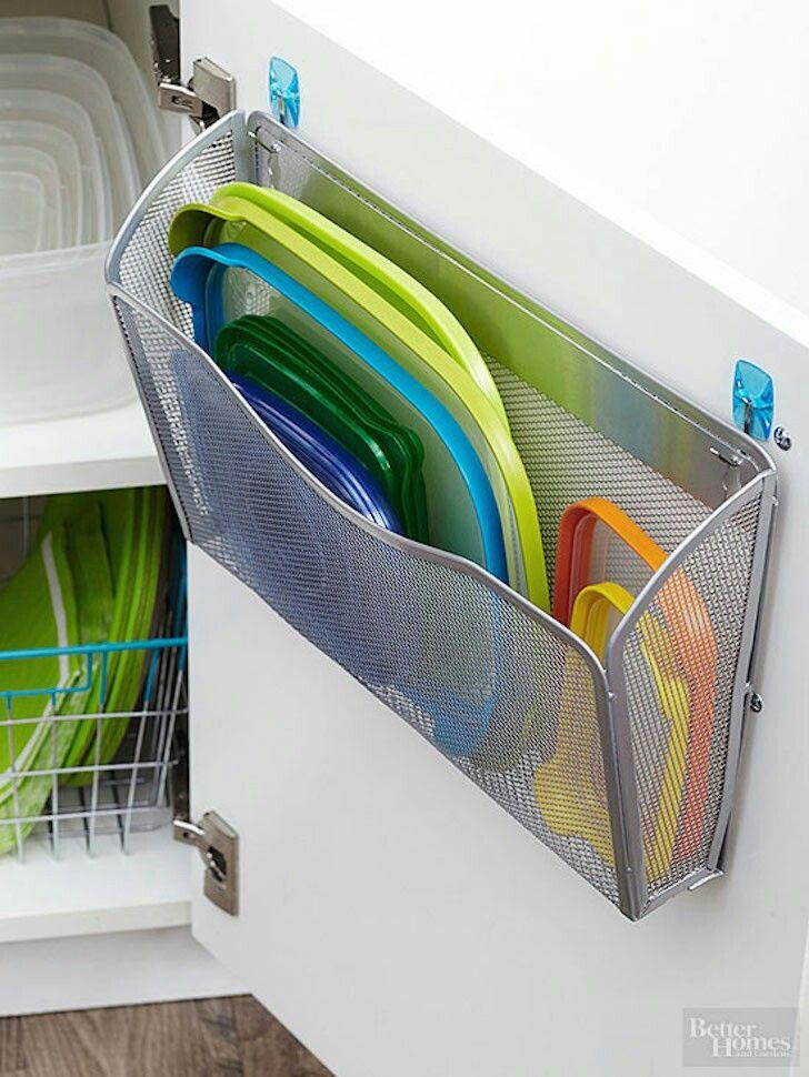 Utiliza revisteros para ordenar las tapas http://www.upsocl.com/comunidad/17-muy-inteligentes-ideas-que-te-salvaran-la-vida-en-la-cocina/