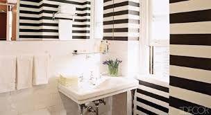 Quando una stanza sembra piccola o alquanto opprimente, vi sono trucchi semplici che permettono di eliminare almeno in parte questa spiacevole sensazione. I corridoi, per esempio, sembrano spesso troppo stretti: per rimediare, usare colori, righe e specchi.