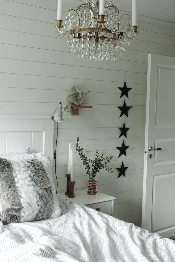 sovrum i vitt, diy vas, inredning med koppardetaljer, inspiration sovvrum, inreda sovrum, träpanel på väggen, liggande panel, svarta stjärnor diy