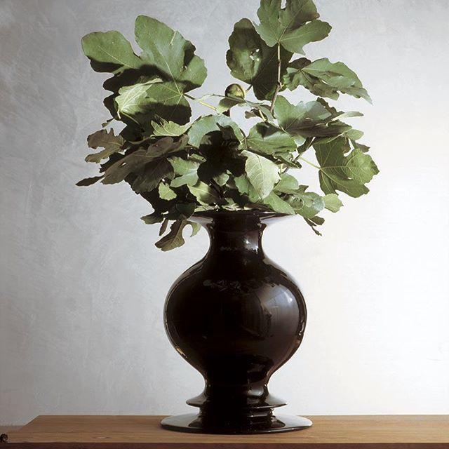 Vaso Nero, black ceramic, Produzione Privata, 2004  Ph. Michele De Lucchi