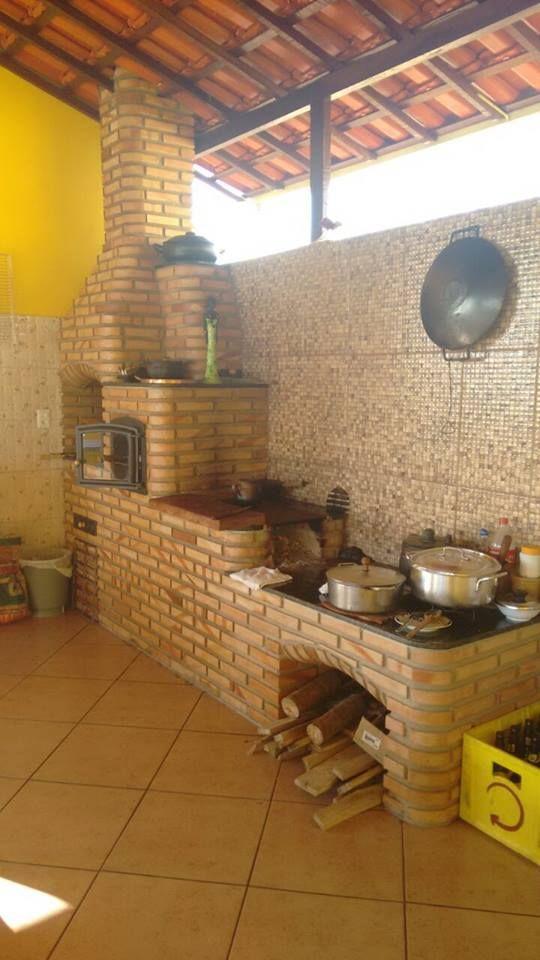 Faça comidas deliciosas no seu fogão a lenha feito em tijolinho a vista. Convide amigos e familiares para sua cozinha ou área de lazer e aproveite os melhores momentos ao lado de quem você gosta. Fogão a lenha com forno e churrasqueira sob medida, personalizado. Construímos em sua casa seu fogão a lenha de alvenaria e entregamos pronto para uso em 1 dia. Medidas de fogão a lenha, forno e churrasqueira (aproximadas):  em linha (3 bocas) 4 espetos: 2,70 x 0,69 mt (comp x larg) em linha (4…