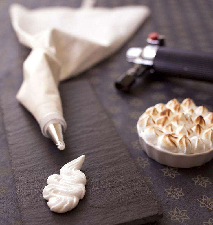 La meringue italienne sert à recouvrir les tartes meringuées (déjà cuite, il suffit de les colorer au chalumeau) ou omelette norvégienne. Elle sert aussi pour la crème au beurre. Une recette difficile à réaliser à cause du sucre cuit, qui nécessite l'utilisation d'un thermomètre de cuisson.