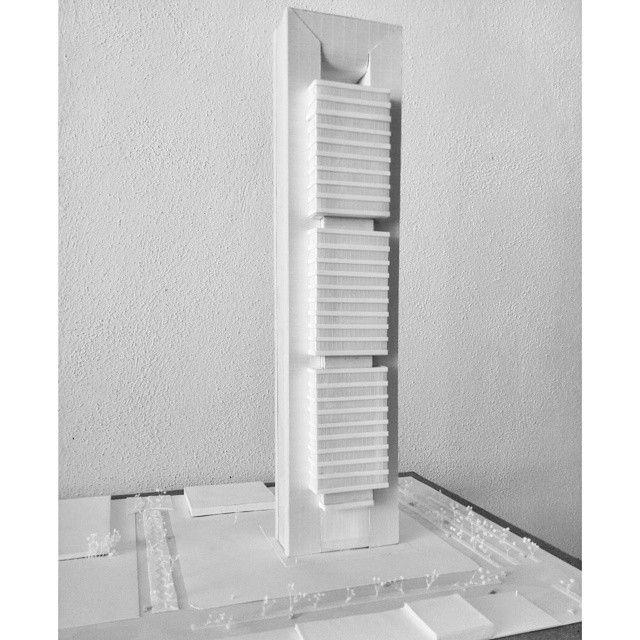 Maqueta Monocromática de la TORRE CAJA de Norman Foster... Este edificio es uno de mis favoritos y me encanto que este fuera mi primer rascacielos... Ilse Fragoso
