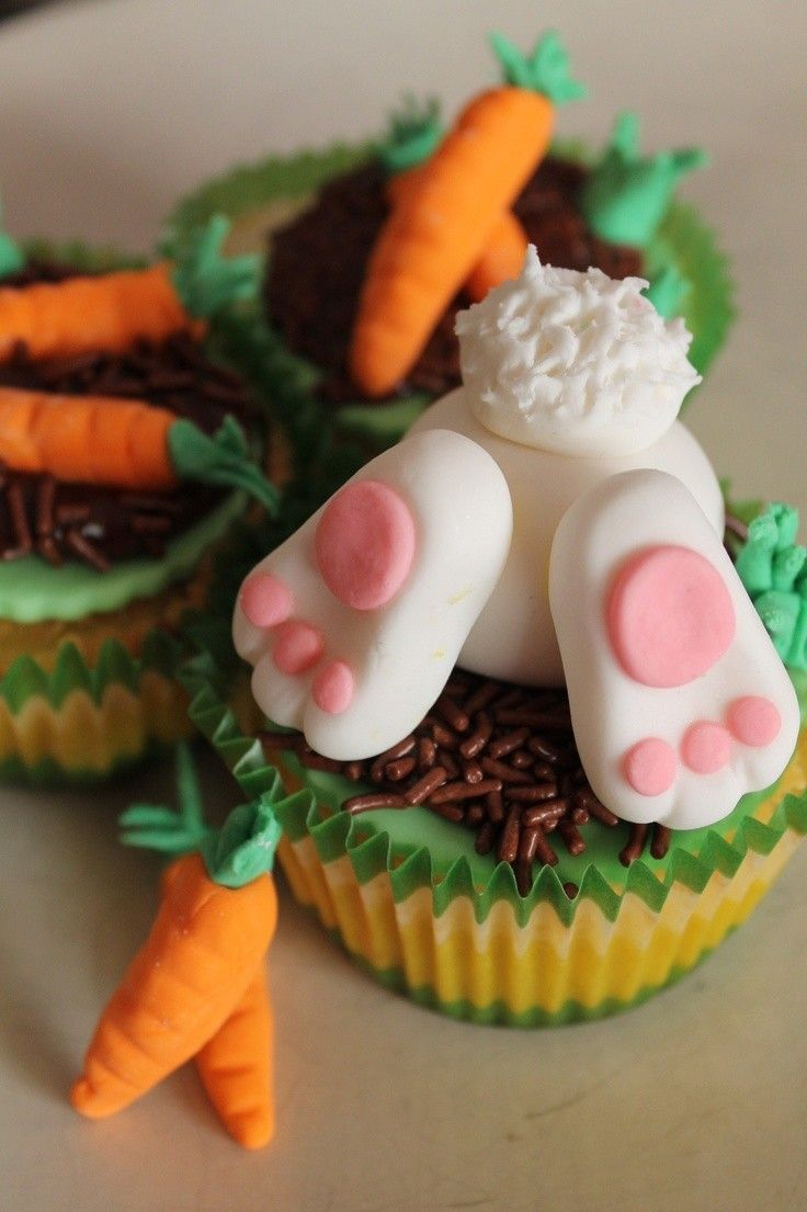 Easter Carrot Cupcakes, Easter bunny vanilla cupcakes, Easter Food ideas, Easter table decor #Easter #ideas #holiday www.loveitsomuch.com
