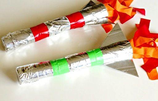 Основа для детской поделки ракеты -картонные рулоны из под туалетной бумаги. Кроме этого понадобится еще серебристый и цветной скотч.