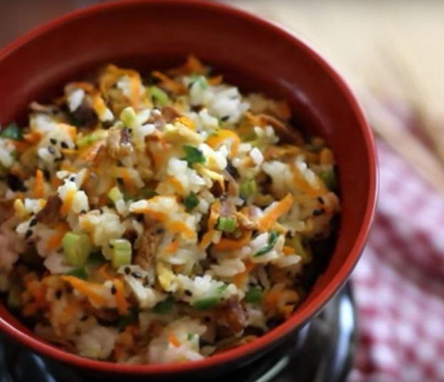 Yakimeshi vegetariano com legumes variados e ovo. | 13 jantinhas delícia que vão vencer até a sua preguiça