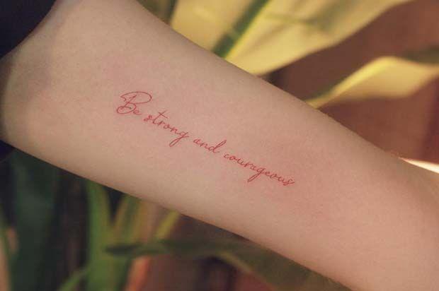 21 tatouages à l'encre rouge uniques qui se démarquent   – body art