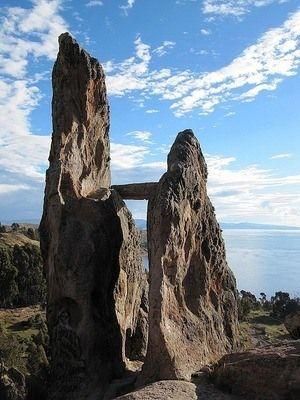 Древняя обсерватория Хорка дель Инка (Копакобана, возле оз. Титикака). *    Название Horca del  Inca («Виселица Инков») ошибочно связано с инками.   Мегалит был сооружён задолго до них, предположительно в XIV веке до н.э., народом Чирипа (Chiripa), в качестве астрономической обсерватории. Здесь совершались ритуальные обряды в дни Солнцестояний и Равноденствий (и в более поздний период).