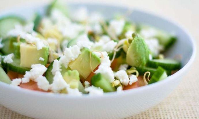 Lehký a vynikající salát z avokáda a sýru feta