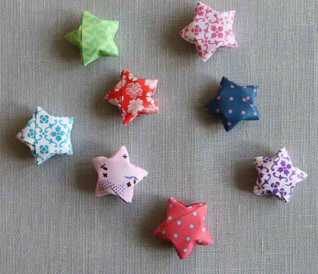 Would love a bunch of this chubby stars in a bowl as Christmas decoration.....tutorial by TUSINDFRYD: DIY - Buttede Stjerner