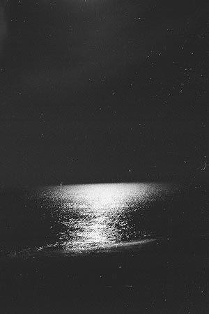 真新しい高層ビルの明かりが輝いている。街の海は、月明かりに静かに光っていた。[1997/12 稲毛海岸(千葉県)]© 2010 風旅記(M.M.) 風旅記以外への転載はできません...