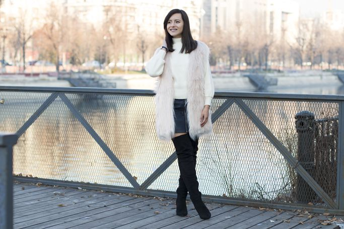 Winter is all about fluffy clothes! #fauxfurvest #furvest #pinkfur #winterlook #winteroutfit #visiononfashion #fashion #fashionblogger #streetstyle #overthekneeboots #leatherskirt