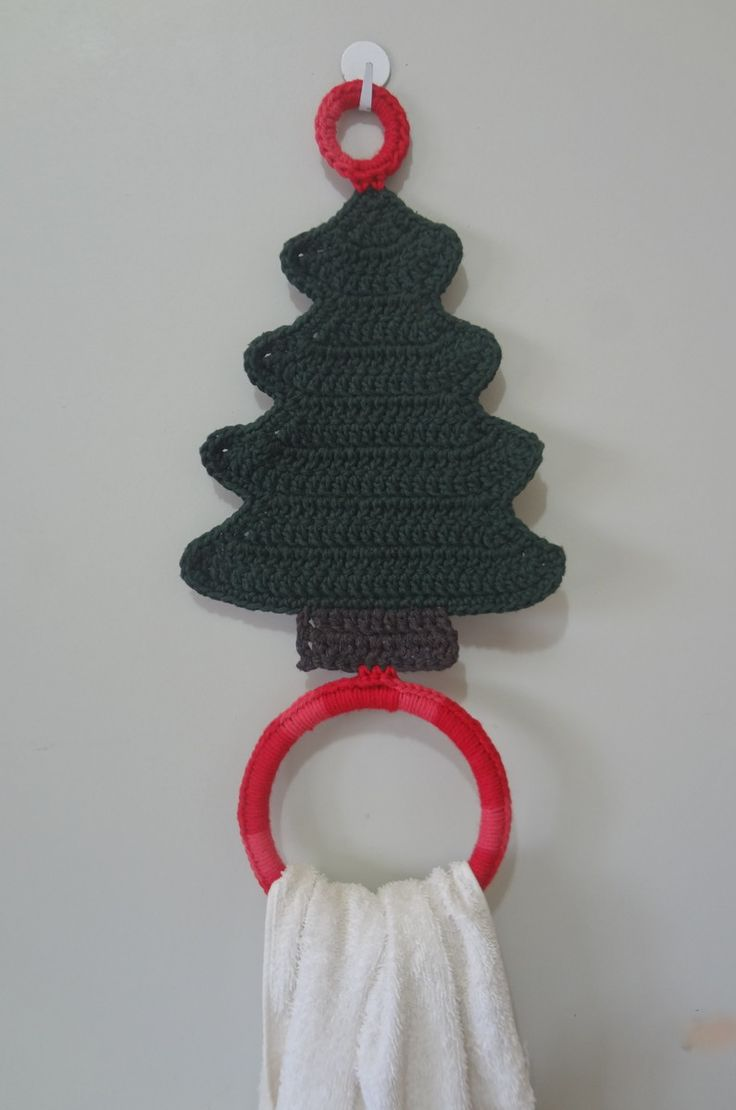 Dê um toque especial à sua cozinha, com este lindo porta-pano de prato natalino.   Feito com barbante 85% algodão e 15% outras fibras e barbante mesclado 100% algodão.   Contém duas argolas:   1 acrílica e 1 plástica reciclada.   Encomende também no tom verde bandeira (consultar tempo de produção...