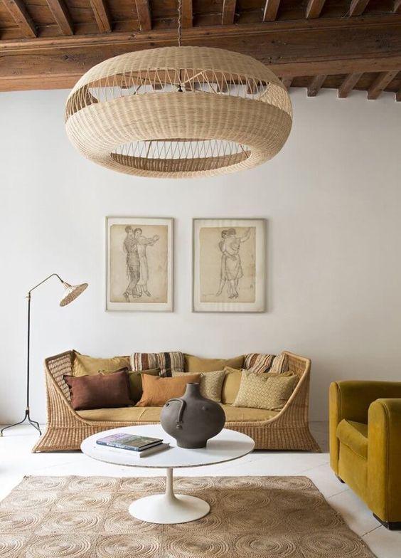 interieur inspiratie boho chic natuurlijke materialen rotan bank rieten hanglamp okergeel velours aardewerk via french by design