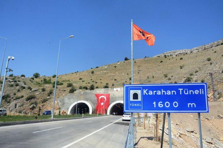Doğu Anadolu'daki 12 ili batıya bağlayacak Karahan Tüneli, 3 bakanın katılımıyla bayram öncesi trafiğe açıldı. Malatya-Darende karayolu üzerindeki Karahan Tüneli, Ramazan Bayramı öncesi trafiğin rahatlatılması adına ulaşıma açıldı.