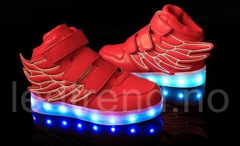Røde LED-barnesko Dragonfly light | LED barnesko - LEDtrend.no - LED-skoene finner du i nettbutikken ledtrend.no. Prisene på ledskoene varer varierer fra 599-, og oppover, GRATIS frakt på alle varer. Vi har mange forskjellige LED-sko, ta en titt da vel? på: www.ledtrend.no