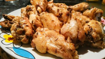 Alitas de pollo de luxe 1 kilo de alas de pollo sin punta y partidas por la mitad  1 cucharadita de cebolla polvo 1 cucharadita de ajo 1/2 cucharadita de comino 1 cucharadita de tomillo 1 cucharadita de orégano Pimienta negra a gusto 1/2 vaso de coca cola zero  Sal