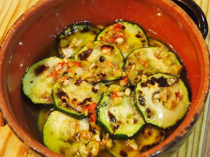 Esta es una receta para cocinar calabacines de una forma distinta. A nosotros nos encanta como aperitivo o acompañamiento de carnes a la brasa o pescados plancha.