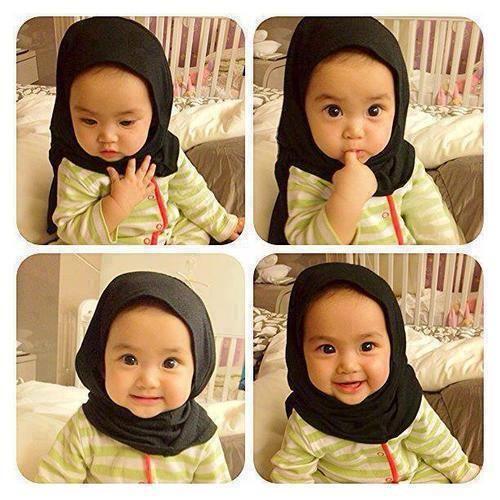 baby wants to pray, so cute! Young Beautiful Hijabi in The Worlds Hijabers Cilik Cantik Sedunia http://hijabcornerid.com/