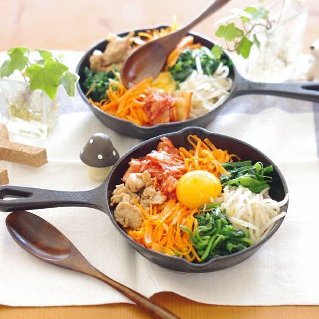 スタミナをつけるどんぶりご飯は スキレット皿で熱々をいただきましょう。 今日のお昼にはカリっと食感のおこげがたまらない @rina_kitchenさんのビビンパランチはいかが? 色彩豊かな具材を一気に混ぜこんで コチュジャン独特の辛味で新陳代謝を促しましょう♡  #regram #locari #ロカリ #locari_kitchen #ロカリキッチン  #スキレット #おうちランチ #ビビンバ丼 #熱々お料理 #汗をかいて内からキレイに #onthetable #todayslunch #skillet