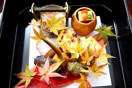 「前菜・前八寸・八寸」とは     それぞれ、「ぜんさい」「まえはっすん」「はっすん」と読みます。先付、突き出しなどと同様、献立の初めに出される肴の盛り合わせのことをいいます。 本来、日本料理には前菜というものはありません。フランス料理のように、メインになる料理が明確にある場合は、その前に食欲を増進する酒をすすめるための肴として前菜を出しますが、日本料理ではそのすべてが酒菜であり、あるいは総菜であって、いわば全部が前菜のようなものだからです。