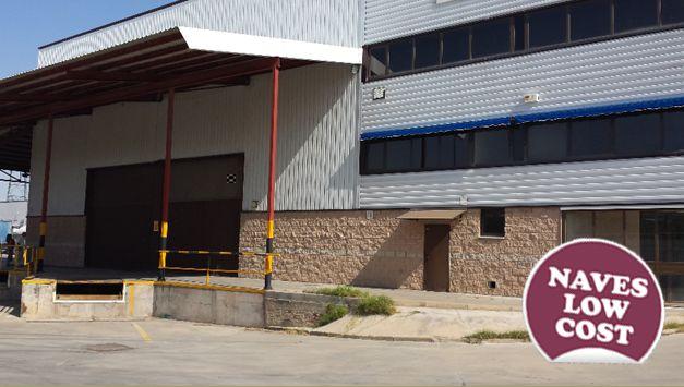 Nave industrial en venta y alquiler de 2.000 m², en Pinto, Madrid -Excelentes comunicaciones por carretera y transporte público -5 muelles de espiga -2 portones laterales -Altura interior libre de 10 m -Protección contra incendios (BIES) -Baños y vestuarios en planta baja  -Disponible a precio reducido -Más información: http://www.estradapartners.com/naves-industriales/mnav-42.html Estrada & Partners (+34) 91 513 52 55