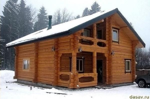 Красивый деревянный дом из лафета зимой