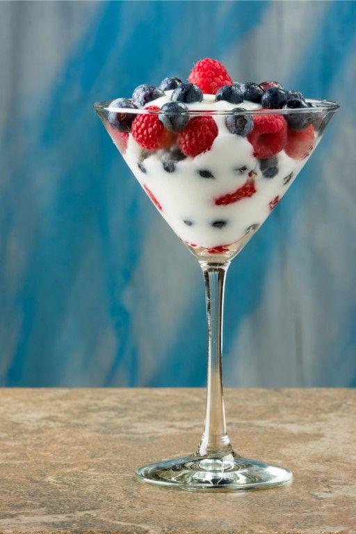 Yoghurt met frambozen & blauwe bessen in een Martini-glas » Culy.nl
