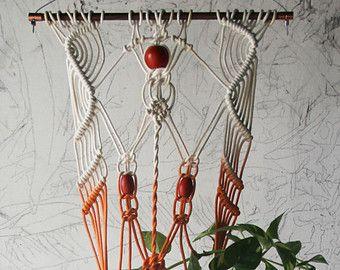 Handgefertigt und gefärbten Makramee Pflanze Aufhänger.  Eiche Dübel 11 breit, ca. 38 lang, hat ein 5 runden Topf oder Vase.  ** Bitte beachten Sie, dass dies dauert bis zu zwei Wochen zu versenden, wie es gemacht werden muss. Auch sind handgefertigt, also jeweils eine leichte Abweichung vom nächsten muss. Danke