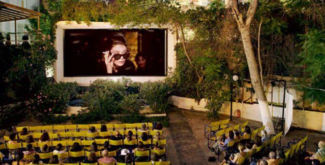 Με την έναρξη της σεζόν η Άννα Ρούτση βγαίνει στα θερινά σινεμά και συναντά τους ανθρώπους που τα μελέτησαν, τα έζησαν και ταυτίστηκαν μαζί τους.