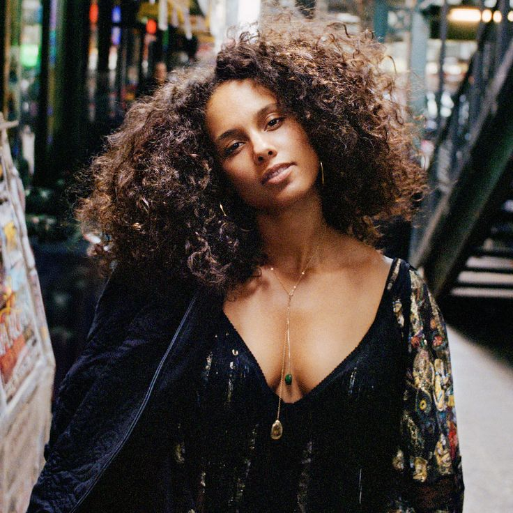 Alicia Keys looks gorgeous with big curls and no makeup. Here's how to get the look.